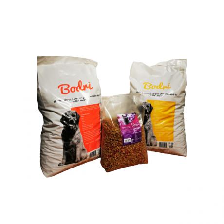 Set format din 2 saci hrana caini de la Bodri, 10 kg per sac, si 1 sac hrana pisica de la Finci, 3 kg